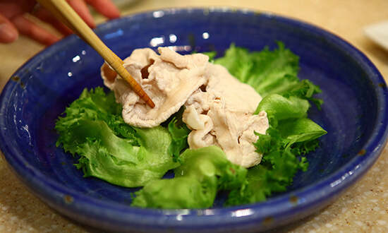 レタスをちぎり、皿に乗せ、真ん中にゆでた豚肉を置く