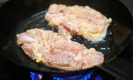 フライパンを熱し油を入れ馴染んだら皮目から焼く。(蓋をする)中火の強め。皮目にパリッと焼き色がつき全体が白っぽくなってきたら裏返ししっかり焼く。(裏側は焼き目がつかなくてもいい)