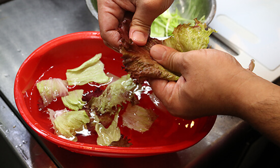 鍋に水を沸騰させ、豚肉をゆでる