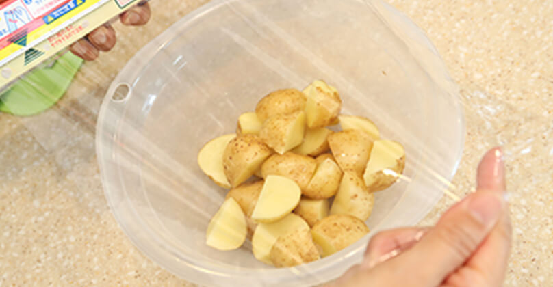 新じゃがはよく洗って皮付きのまま4等分にする。ボウルに入れラップをかけてレンジで5分程加熱する。