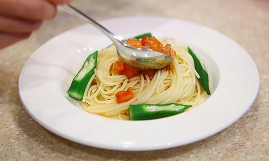 トマトとサーモンの和パスタの材料