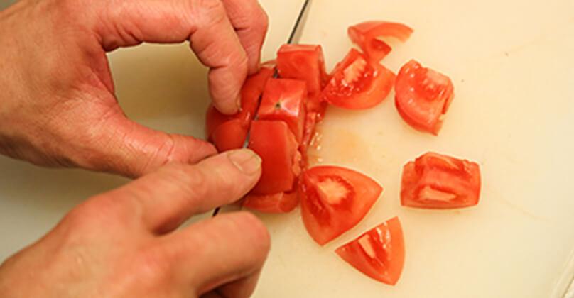 トマトはさいの目状、にんにくは薄切りにする。