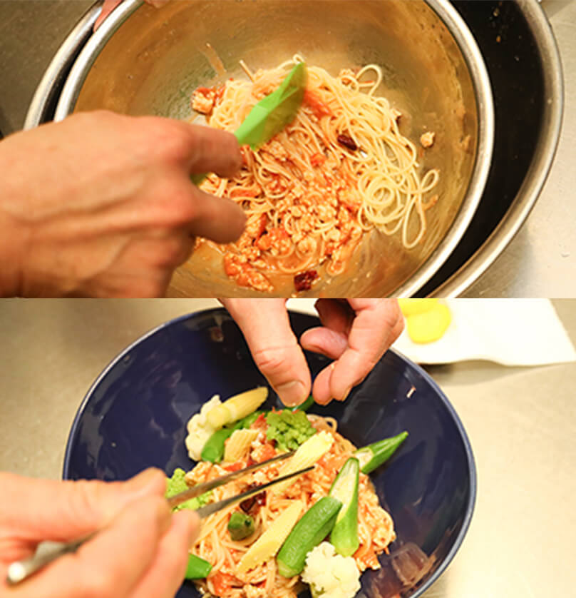 パスタとソースを混ぜ合わせ、お皿に盛り、茹でた野菜と蓮根チップを盛り付けて完成。