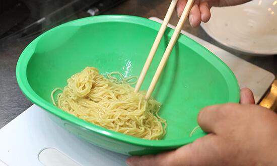 茹でた麺の水気を切って、熱いうちにまぜるめんつゆで和える