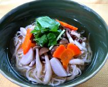 """きのこと里いもの島原ソーメンのレシピ。チョーコーのイチオシ商品、長崎名産""""焼きあご""""からとっただしを使用した上品な味わいの「焼きあごだしうすいろ」を使った、おいしいレシピのご紹介です。"""